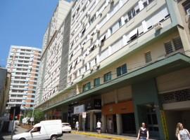 Apartamento 02 dormitórios central com garagem